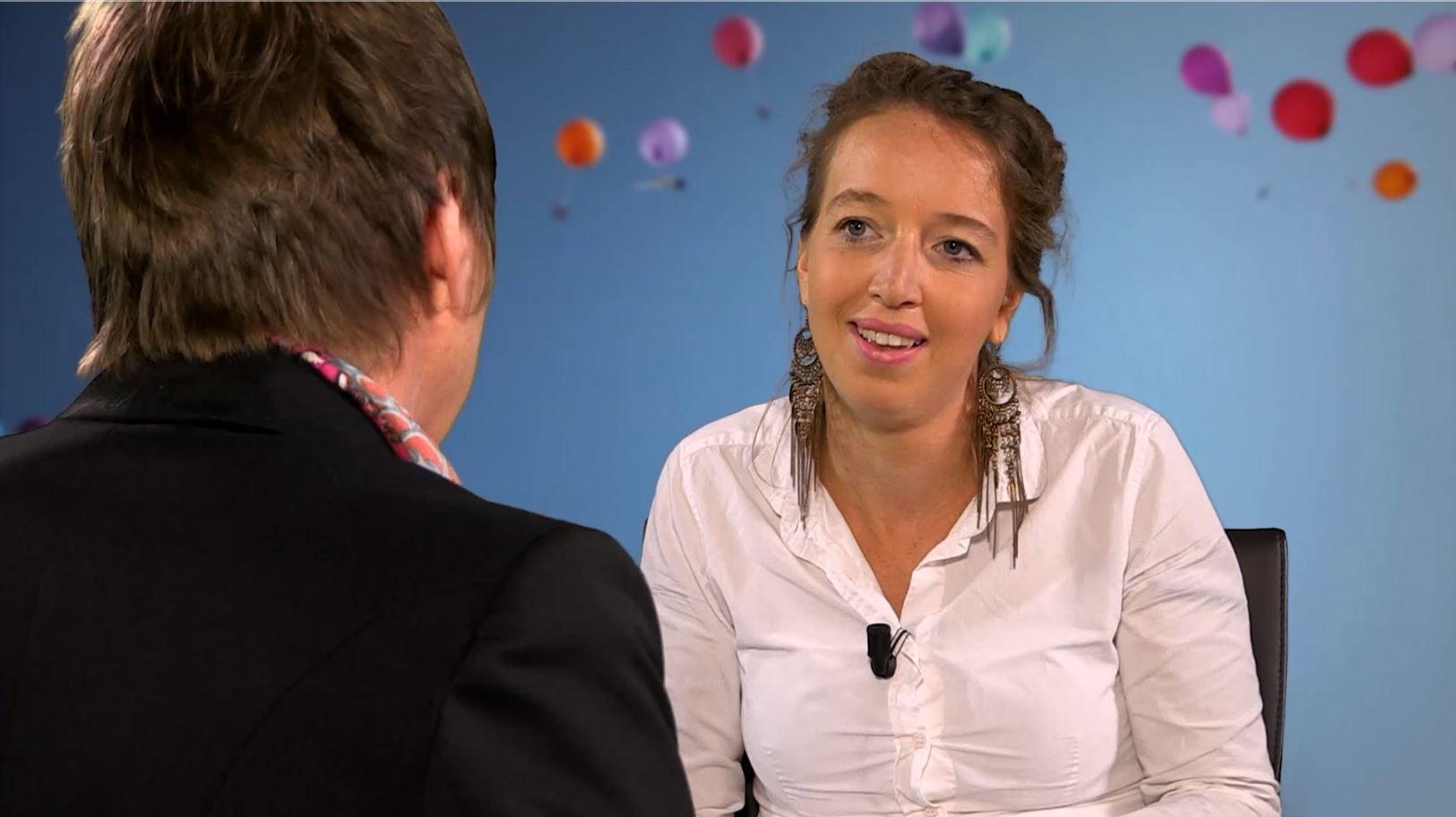 mr. drs. Maria de Jong tijdens een interview
