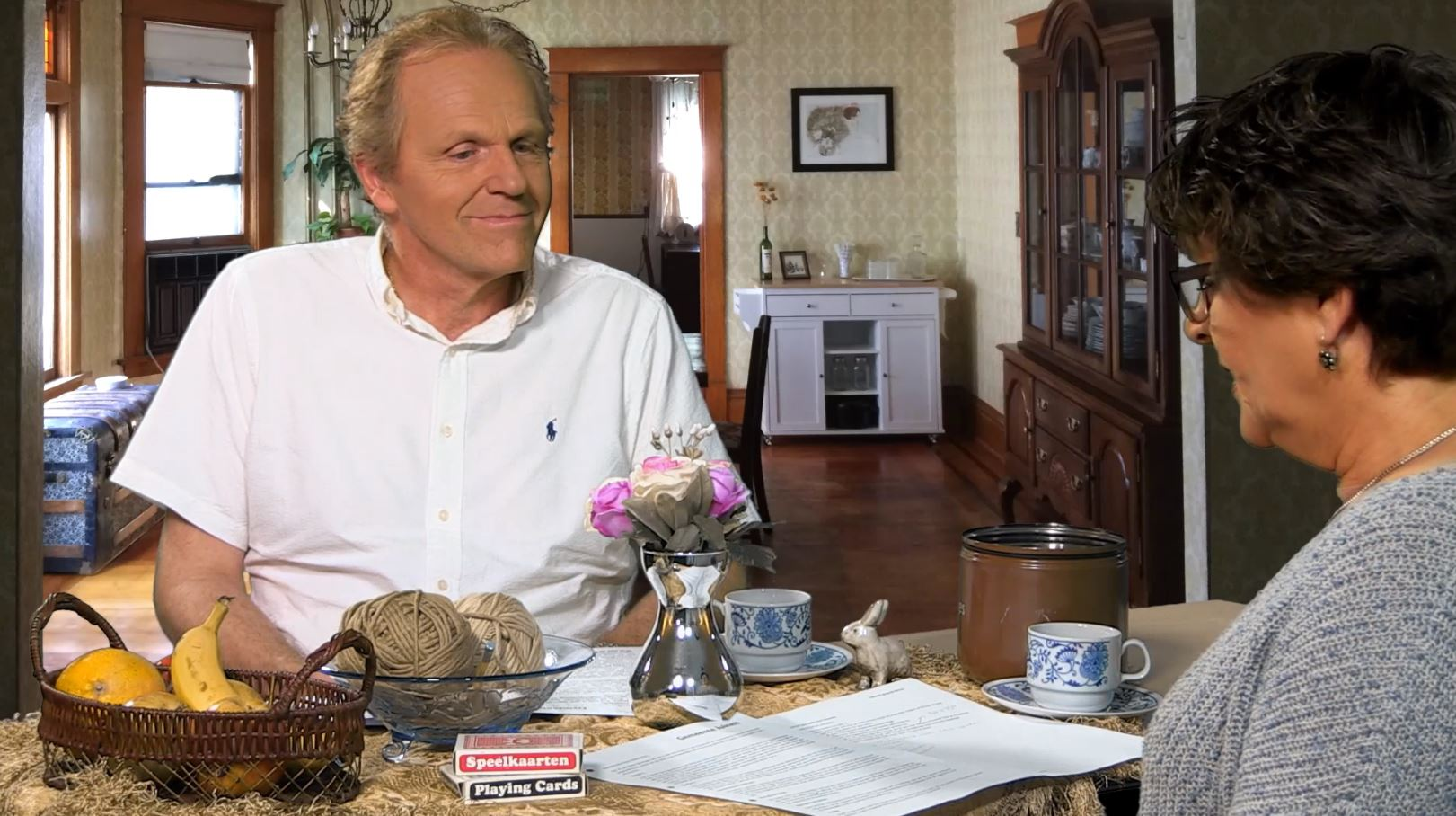 mr. Erik Klein Egelink in een huiskamer tijdens een interview