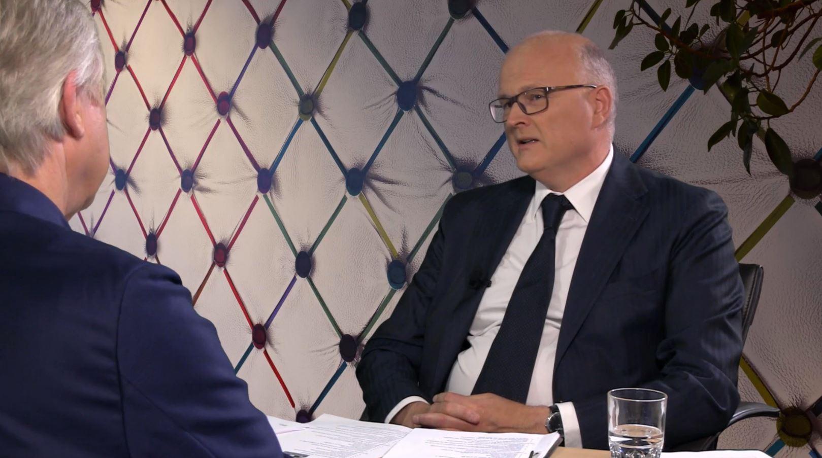 mr. Alexander Labohmtijdens een interview