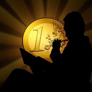 Man denkend met euro op achtergrond